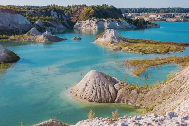 Kreidesteinbruch in weißrussland im sommer