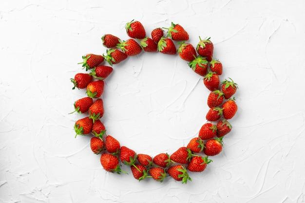 Kreis der erdbeeren auf weißem hintergrund, draufsicht