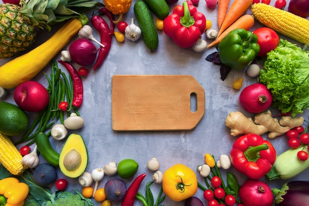 Kreis der gesunden bunten würzigen gewürzgewürze mit frischen sommerlichen organischen antioxidansfrüchten und -gemüse für vegane oder vegetarische rezepte lokalisiert auf grauem hintergrund. gesundes lebensstilkonzept