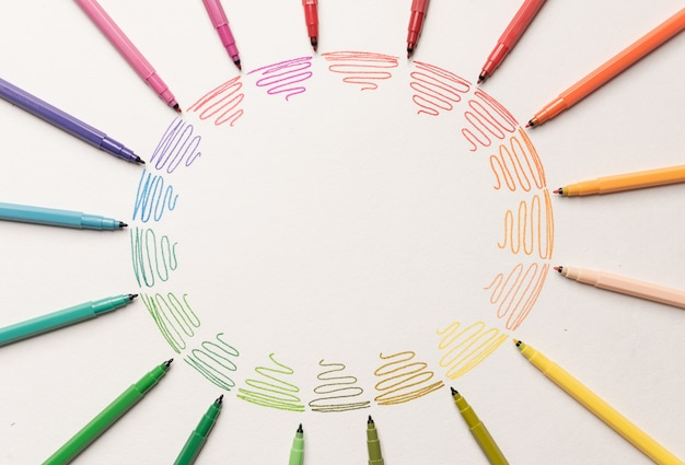 Kreis mit verschiedenen bunten lila strichen gemalt mit markierungen auf weißem papier. farbverlauf der bunten striche. kopieren sie platz für logo, werbung