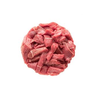 Kreis serviert fleisch rindfleischstücke, auf weißem hintergrund isolieren. der ball ist rotes fleisch, legen sie ihn mit einem teller in das layout. leckeres rohes schweinefleisch.