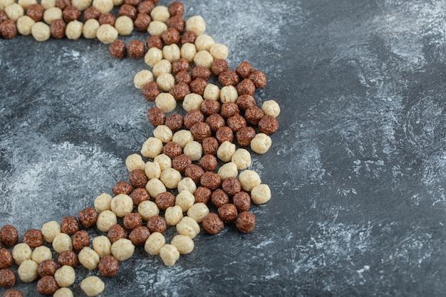 Kreis von schokoladenkornbällchenflocken auf grau.