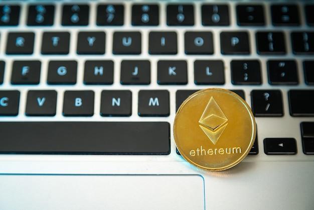 Kreisen sie die ethereum-münze oben auf den tasten der computertastatur ein.