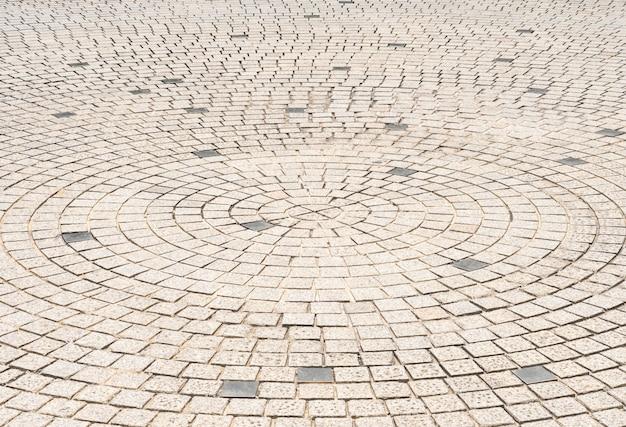 Kreisen sie steinfliesenbodendesign für fußweg in der mitte des städtischen parks, straßenstadtäußerhintergrund ein
