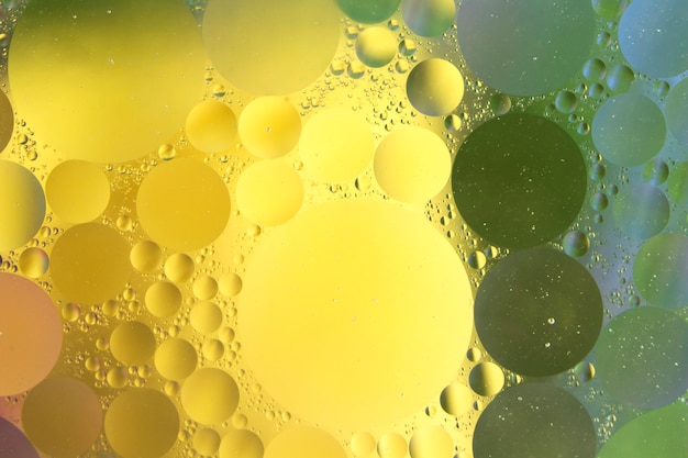 Kreisen sie über den goldenen abstrakten nassen hintergrund ein