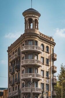 Kreisförmige balkone an der abgerundeten ecke eines neoklassizistischen gebäudes