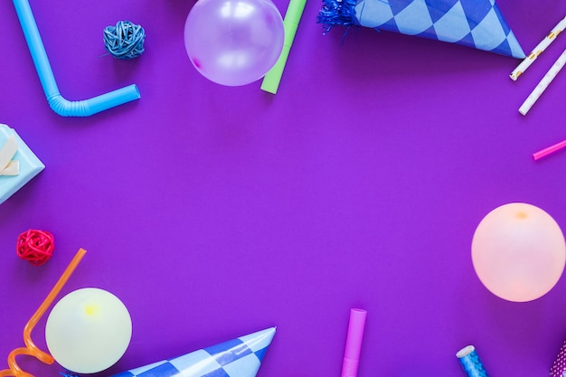 Kreisförmiger partyrahmen auf lila hintergrund