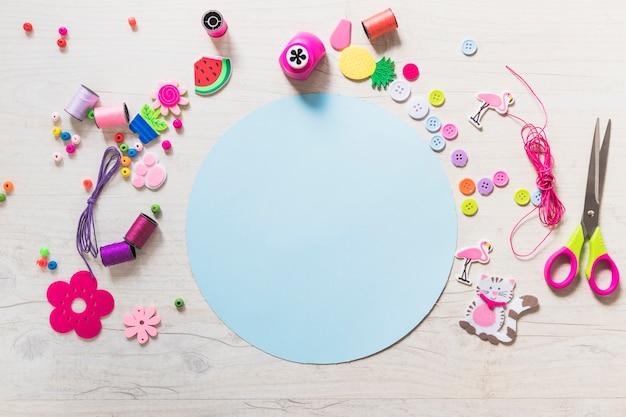 Kreisförmiges blaues leeres papier mit dekorativen elementen auf strukturiertem hintergrund