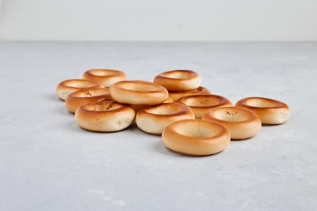 Kreisgebäckbrötchen auf weißem hintergrund.