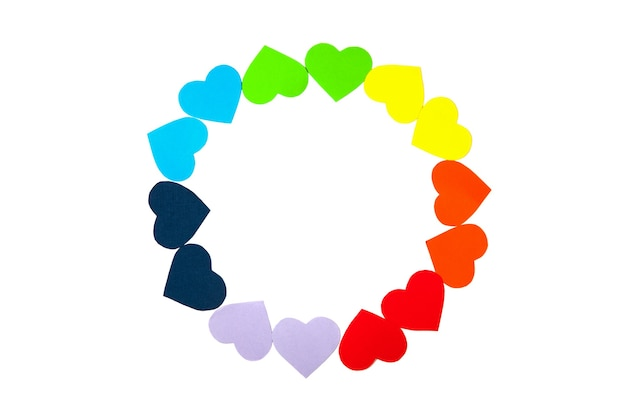 Kreisrahmen mit regenbogenfarbenherzen lokalisiert auf weißem hintergrund. valentinstagkranz mit papierkunst-origami-artherzen. lgbt-symbol