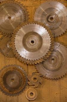 Kreissägen mit verschiedenen durchmessern hängen am tischlerregal