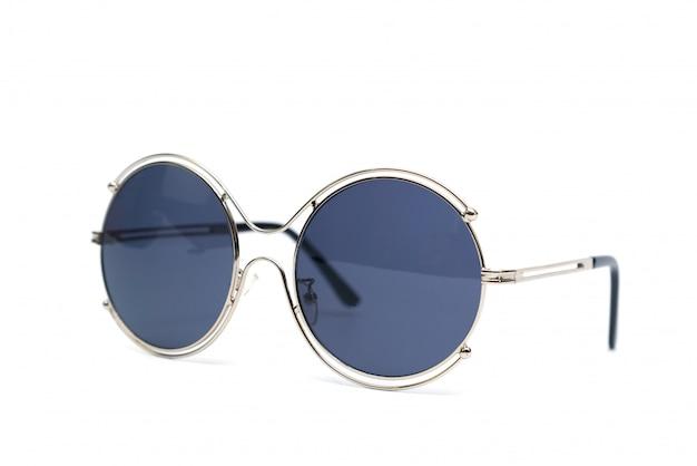 Kreissonnenbrille lokalisiert auf weißer wand.