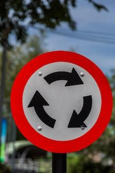 Kreisverkehr-Verkehrsschild für Verkehr mit grünem bokeh Hintergrund