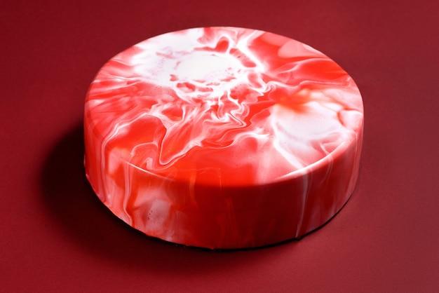 Kremeiskuchen mit roter zuckerglasur auf burgunder