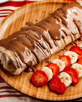 Krepp mit früchten erdbeerbananenschokolade seitenansicht
