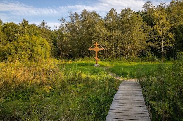 Kreuz am anfang des pilgerweges svyatogorovo russland