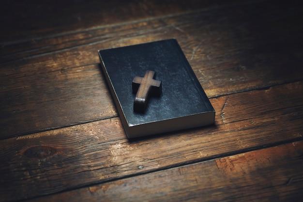 Kreuz auf buch