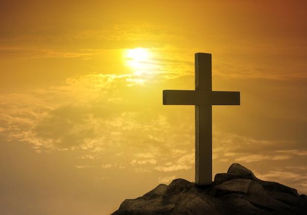 Kreuz auf hügel bei sonnenuntergang