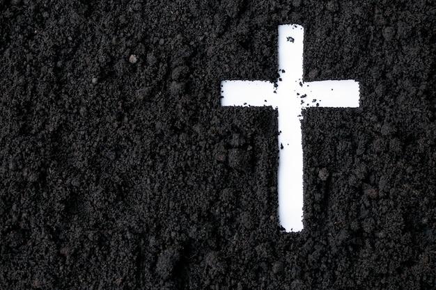 Kreuz oder kruzifix aus asche, staub oder sand. aschermittwoch. fastenzeit. christliche religion.
