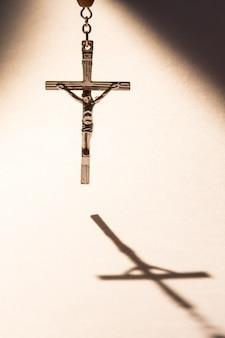 Kreuz wirft einen schatten