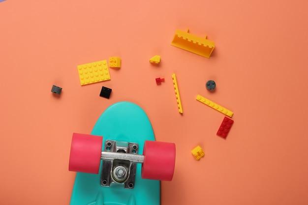 Kreuzerbrett, gamepad, spielzeugsteine auf korallenfarbenem papier