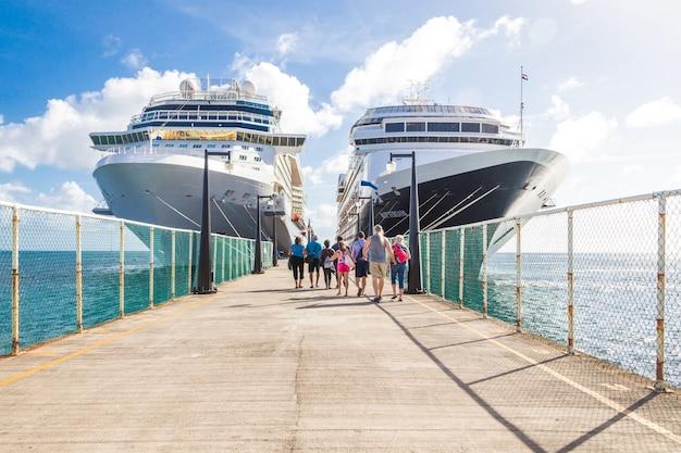Kreuzfahrtpassagiere kehren zum kreuzfahrtschiff zurück