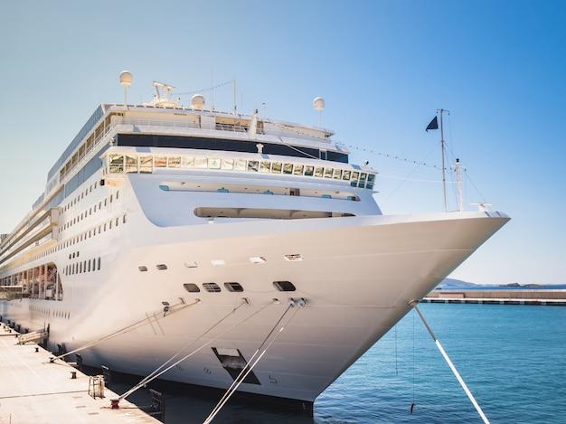 Kreuzfahrtschiff am hafen angedockt. nahansicht. freizeit- und reisekonzept