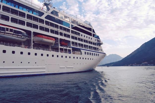 Kreuzfahrtschiff auf bergsee