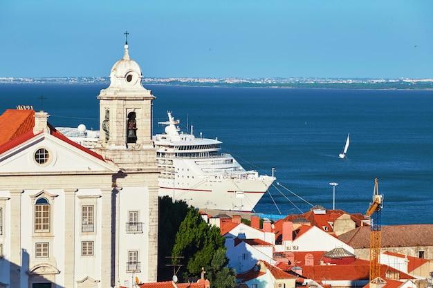 Kreuzfahrtschiff, das nahe lissabon-stadt überschreitet