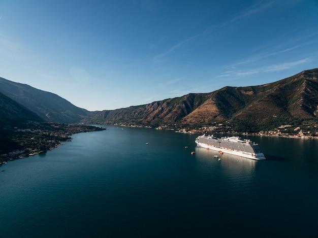 Kreuzfahrtschiff im morgengrauen in der bucht von kotor in der nähe der altstadt von kotor in boka kotorska montenegro