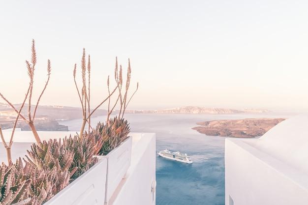 Kreuzfahrtschiff in der nähe des vulkans auf der insel santorini