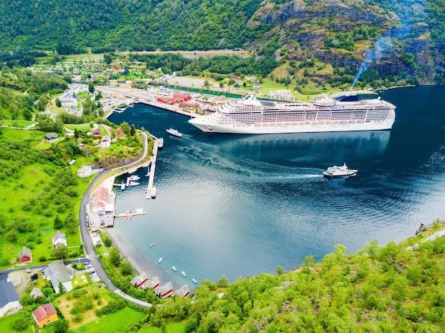 Kreuzfahrtschiff in flam, in flamsdalen, am aurlandsfjord, einem zweig des sognefjords, gemeinde aurland, norwegen
