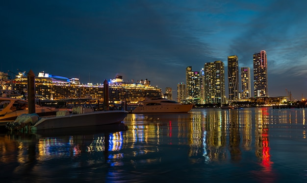 Kreuzfahrtschiff und skyline von miami miami florida usa skyline auf biscayne bay
