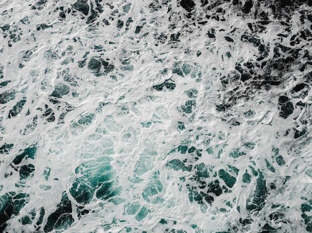 Kreuzfahrtschiffspur auf der meeresoberfläche. im freien blick von oben. urlaubs- und reisekonzept
