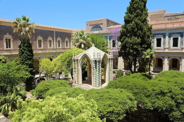 Kreuzgang des benediktinerklosters in catania, sizilien, italien