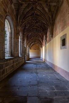 Kreuzgang im kloster von santo tomas. kloster der stille.