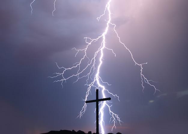 Kreuzigung von jesus christus - kreuz bei gewitter