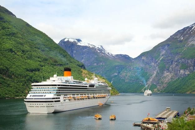 Kreuzschiff, kreuzfahrtschiffe auf geiranger norwegen