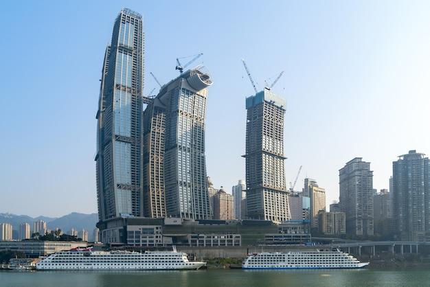 Kreuzschiffe und wolkenkratzer am chaotianmen kai, chongqing, china