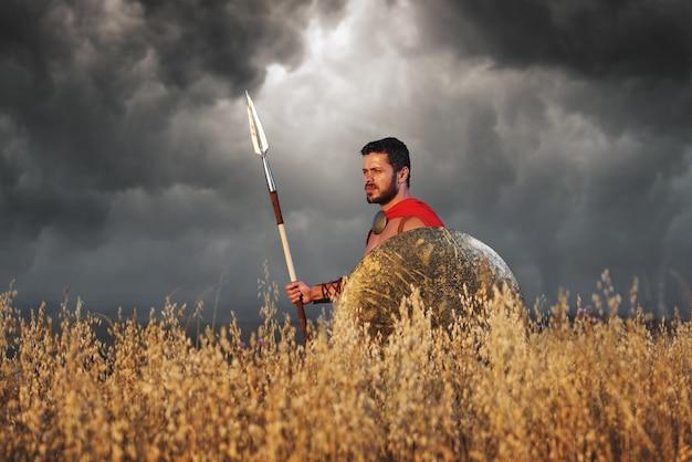 Krieger, der wie spartanischer oder antiker römischer soldat trägt
