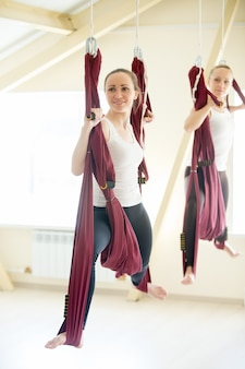Krieger yoga pose in hängematte
