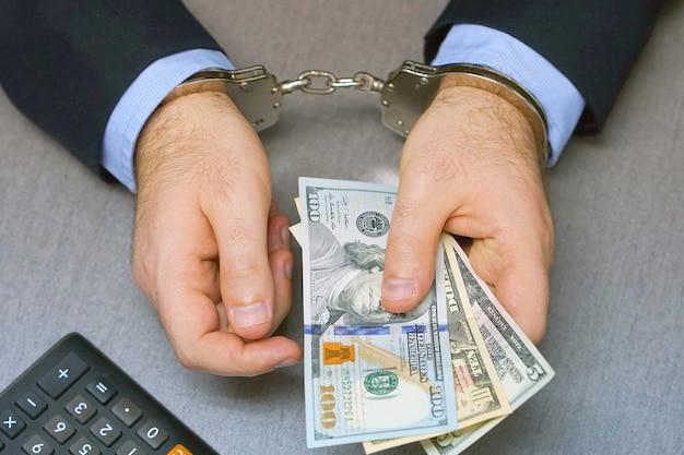 Kriminelle hände in handschellen gefesselt. nahaufnahme