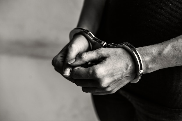 Krimineller in handschellen
