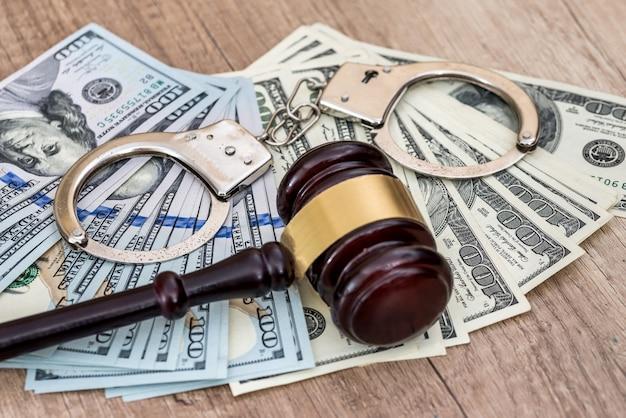 Kriminelles konzept, bestrafung. dollar bestechung, handschellen und hammer