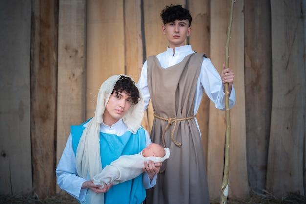 Krippe mit jungfrau, jesus und joseph, dargestellt durch androgyne menschen