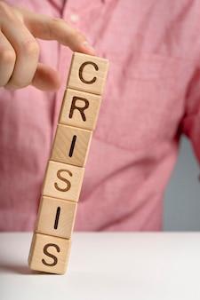 Krisenmeldung auf fallenden holzklötzen