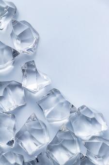 Kristall auf dem weißen boden
