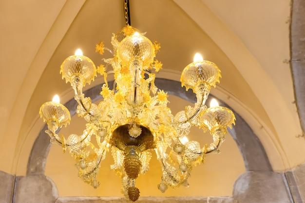 Kristall-luxus-kronleuchter im retro-interieur