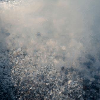Kristall pepples unter dampfendem wasser