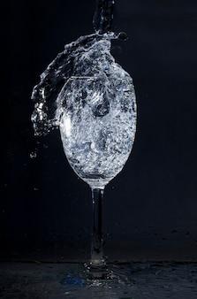 Kristallglas mit wasser in bewegung